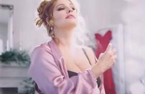 Kelly Brook curves in lingerie