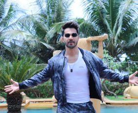 Varun-Dhawan-in-a-funky-flaunting-the-new-scented-vest