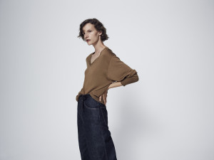 UNIQLO_Women_Extra fine merino relaxed V neck long sleeve sweater paired with high rise wide straight jeans