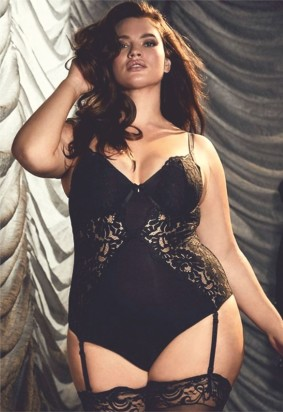 Tara Lynn flashes her curvaceous body in a lacy black bodysuit - 1