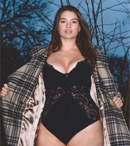 Tara Lynn flashes her curvaceous body in a lacy black bodysuit - 2